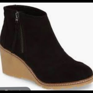 Tom's suede wedges